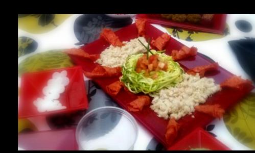 Espaguetis de Calabacín con couscous de coliflor , acompañado de tomates deshidratados.  Creación de Carolina García